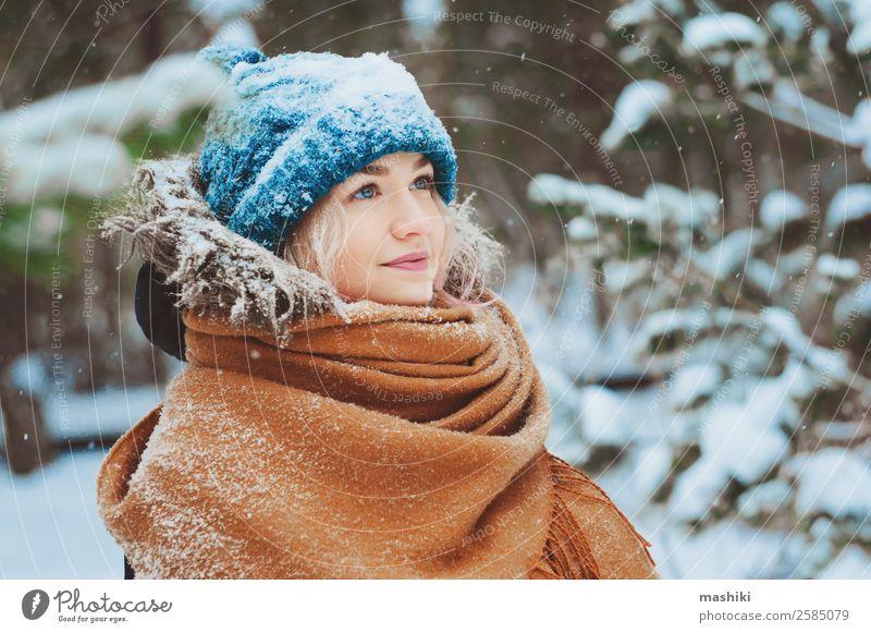 Winterportrait einer glücklichen jungen Frau Freude Ferien & Urlaub & Reisen Abenteuer Freiheit Schnee Erwachsene Natur Schneefall Wärme Baum Park Wald Mode