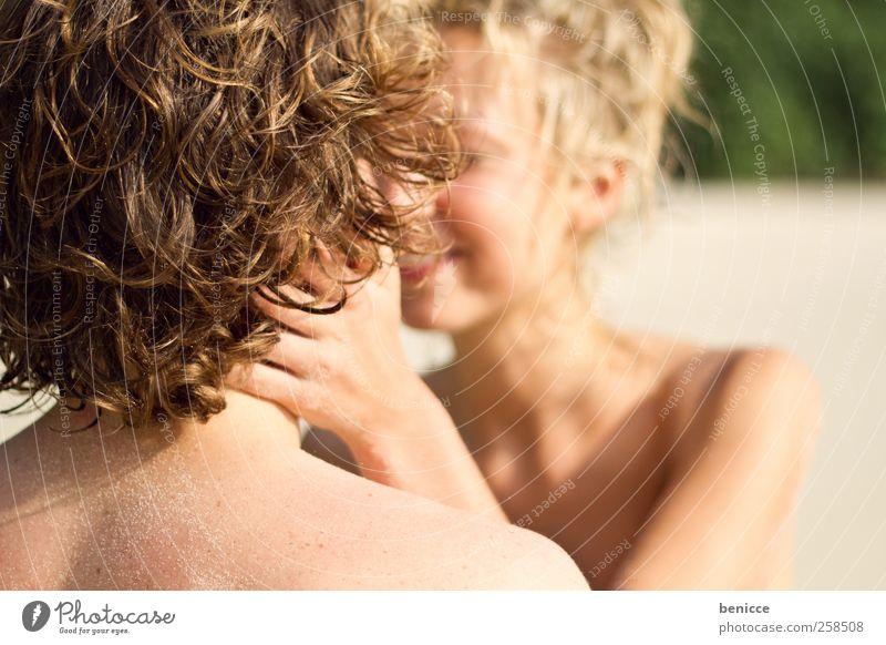 kiss Paar Liebespaar Strand Bikini Europäer caucasian lächeln Küssen Ferien & Urlaub & Reisen Sommer Sandstrand lachen Freude Sonne Sonnenstrahlen Jugendliche