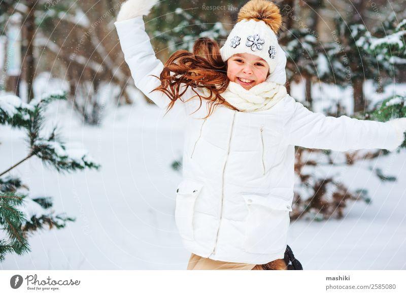 Winterporträt eines glücklichen Kindes Mädchens beim Spielen Freude Ferien & Urlaub & Reisen Abenteuer Freiheit Schnee Winterurlaub Kindheit Natur Schneefall