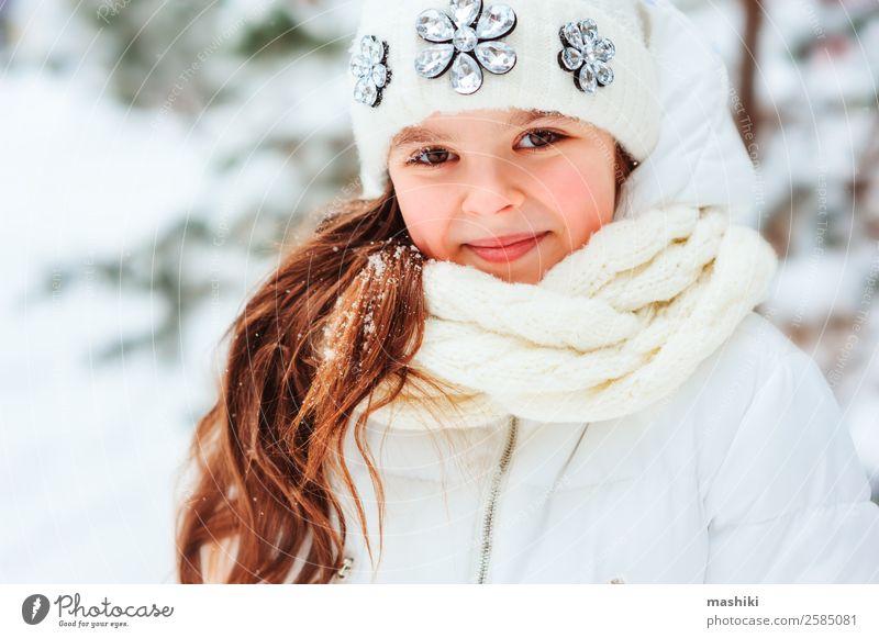 Kind Ferien & Urlaub & Reisen Natur Baum Freude Wald Winter Wärme Schnee lachen Freiheit Schneefall Park träumen Kindheit Lächeln