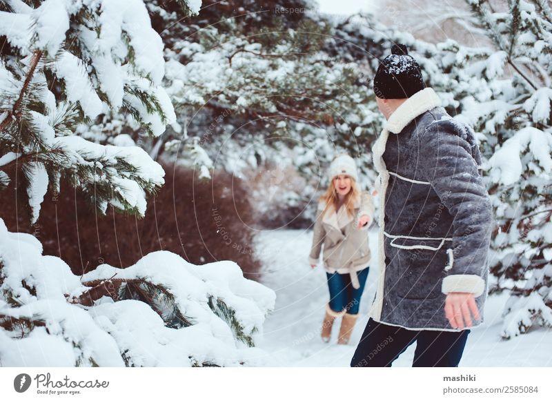 Lifestyle Winterportrait eines romantischen Paares beim Spazierengehen Freude Ferien & Urlaub & Reisen Abenteuer Freiheit Schnee Winterurlaub Frau Erwachsene