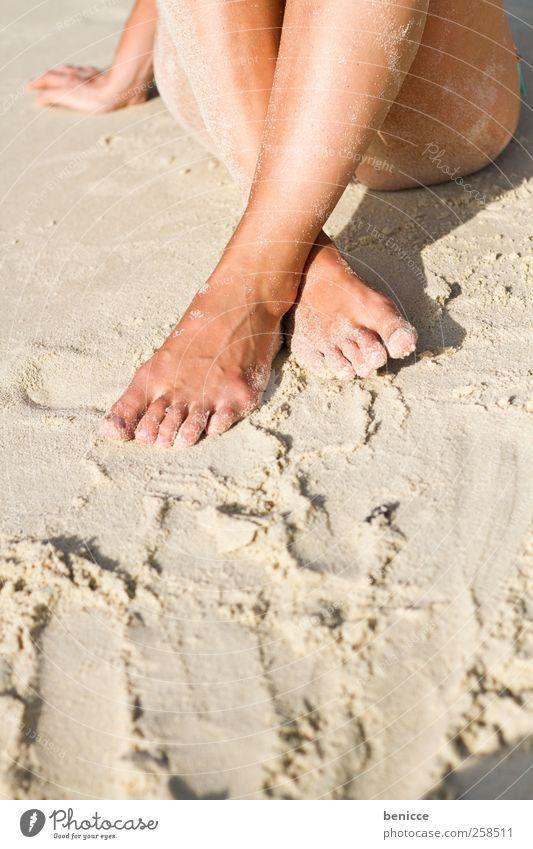 sandy Frau Mensch Jugendliche schön Sonne Ferien & Urlaub & Reisen Strand Erholung Sand Beine Fuß Zufriedenheit sitzen Beautyfotografie Reisefotografie Sonnenbad