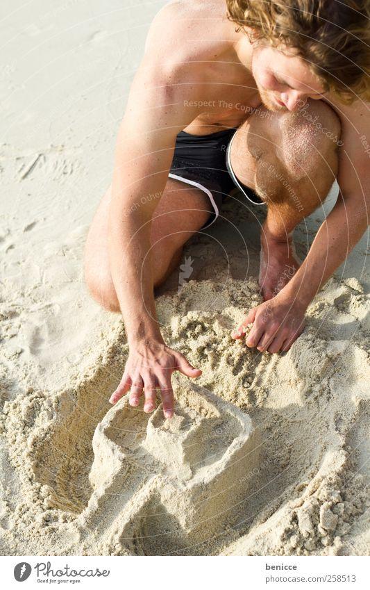 sommer-baustelle Mann Spielen bauen Sand Sandburg verschwenden Jugendliche Strand Ferien & Urlaub & Reisen holiday Europäer Freude lachen Sonne Sonnenbad