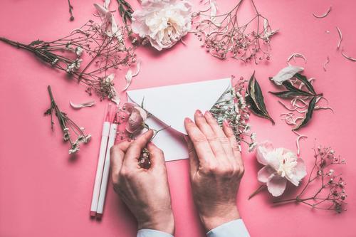 Hände dekorieren Briefumschkag mit Blumen Frau Pflanze Hand Blatt Lifestyle Erwachsene Liebe Blüte feminin Gefühle Stil Feste & Feiern rosa Design