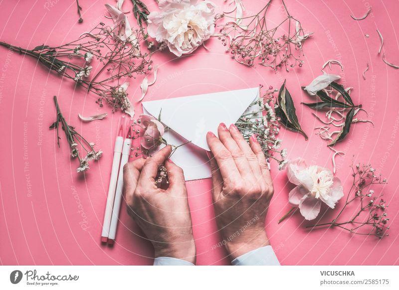 Hände dekorieren Briefumschkag mit Blumen Lifestyle elegant Stil Design Feste & Feiern Valentinstag Muttertag Hochzeit Geburtstag feminin Frau Erwachsene Hand