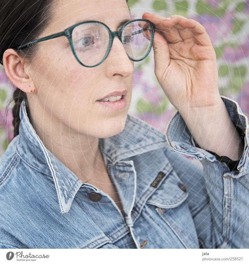 prüfblick Mensch feminin Frau Erwachsene Kopf Hand 1 30-45 Jahre Jacke Brille brünett beobachten Blick schön Farbfoto Innenaufnahme Kunstlicht