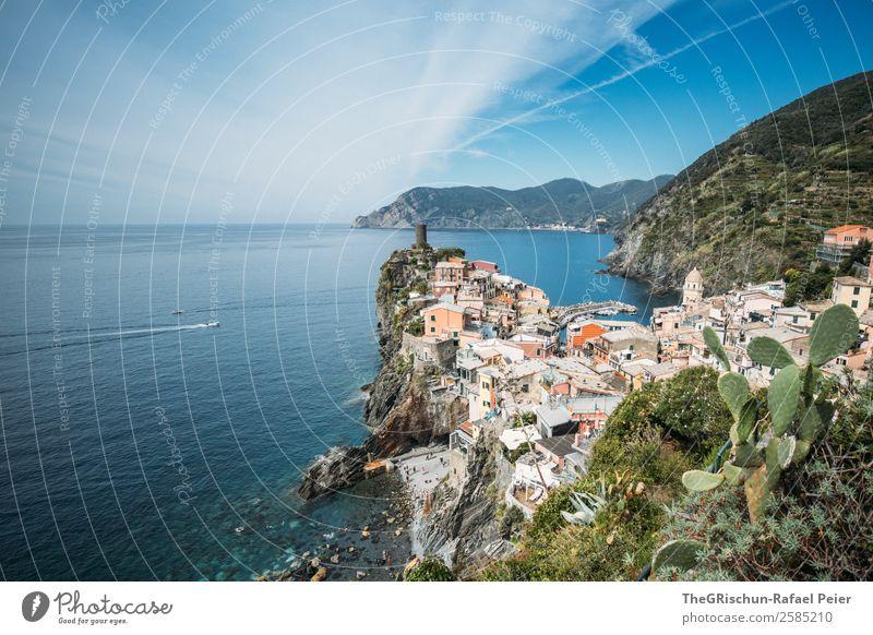 Vernazza Landschaft blau mehrfarbig grün Italien Cinque Terre Haus Klippe Tourismus entdecken Strand Meer Küste Hügel Aussicht Wolken Farbfoto Außenaufnahme