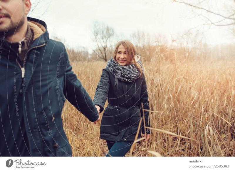 Frau Natur Ferien & Urlaub & Reisen Mann Freude Lifestyle Erwachsene Herbst Holz Liebe Familie & Verwandtschaft Paar Zusammensein Freundschaft träumen Lächeln