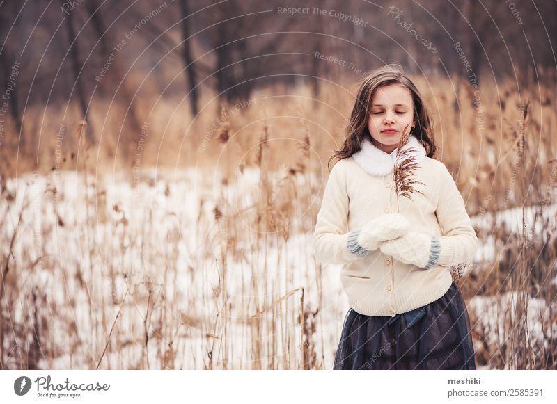 verträumtes Kind Mädchen beim Spaziergang im Winterwald Freude schön Freizeit & Hobby Schnee Kindheit Wetter Baum Wald Mode Mantel Pelzmantel Schal Handschuhe