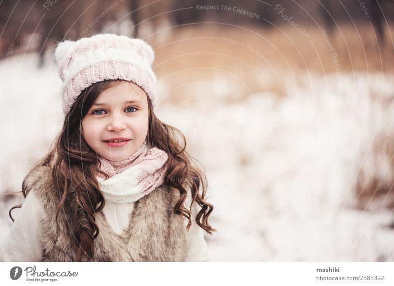 Winterportrait eines glücklichen Kindes Mädchens beim Spazierengehen Freude schön Freizeit & Hobby stricken Schnee Kindheit Wetter Baum Wald Mode Mantel