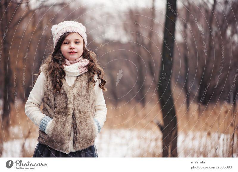 Winterportrait eines glücklichen Kindes Mädchens beim Spazierengehen Lifestyle Freude Freizeit & Hobby Ferien & Urlaub & Reisen Schnee Kindheit Wetter Wald Mode