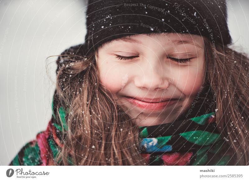 Kind schön Freude Mädchen Winter lustig Schnee Glück Freiheit Schneefall Lächeln Aktion genießen Abenteuer laufen Jahreszeiten