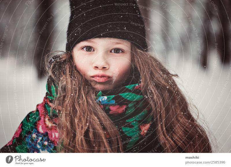 Winterportrait eines lustigen Kindes Mädchens beim Gehen schön Ferien & Urlaub & Reisen Mensch Kindheit Natur Wetter schlechtes Wetter Schnee Schneefall Mode