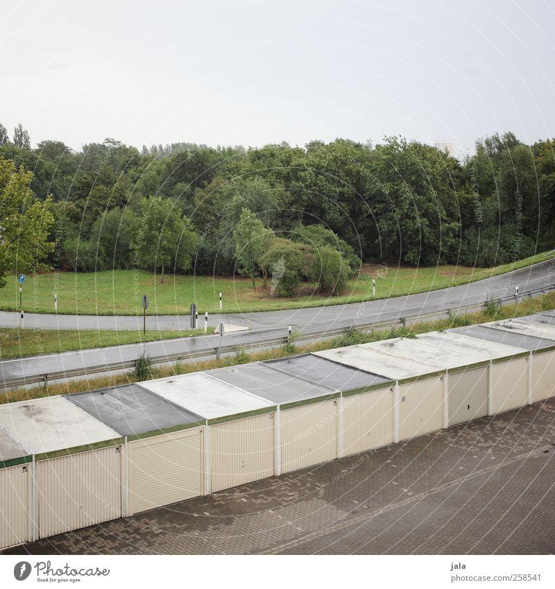 garagen parade Natur Himmel Pflanze Baum Gras Sträucher Grünpflanze Wiese Platz Bauwerk Gebäude Architektur Garage Straße Parkplatz trist Stadt Farbfoto