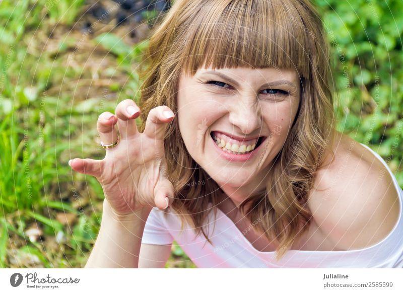 Böse Frau mit blonden Haaren auf sommerlichem Hintergrund Glück schön Haare & Frisuren Schminke Sommer sprechen Erwachsene Gesicht Hand 1 Mensch 18-30 Jahre