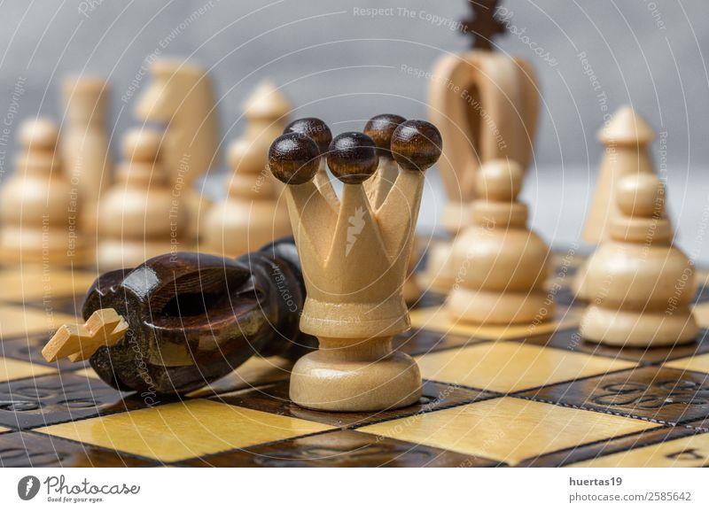 Spiel- und Schachfiguren Spielen Sport Kunst Pferd Originalität Konkurrenz Holzplatte Teile Strategie Schachbrett Schlacht Verstand Hintergrund schwarze Stücke