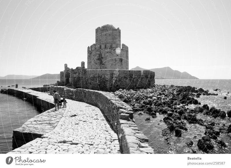 Methoni Castle Ferne Sightseeing Meer Landschaft Wasser Küste Ruine Bauwerk Gebäude Mauer Wand Sehenswürdigkeit Stein alt historisch Schwarzweißfoto