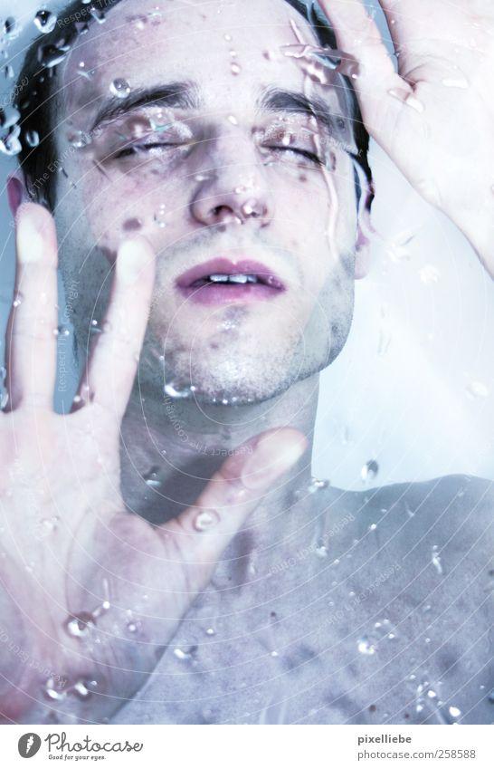 Regeneration Mann Jugendliche Wasser Hand ruhig Erwachsene Erholung Leben Kopf träumen hell Zufriedenheit Schwimmen & Baden nass Wassertropfen leuchten