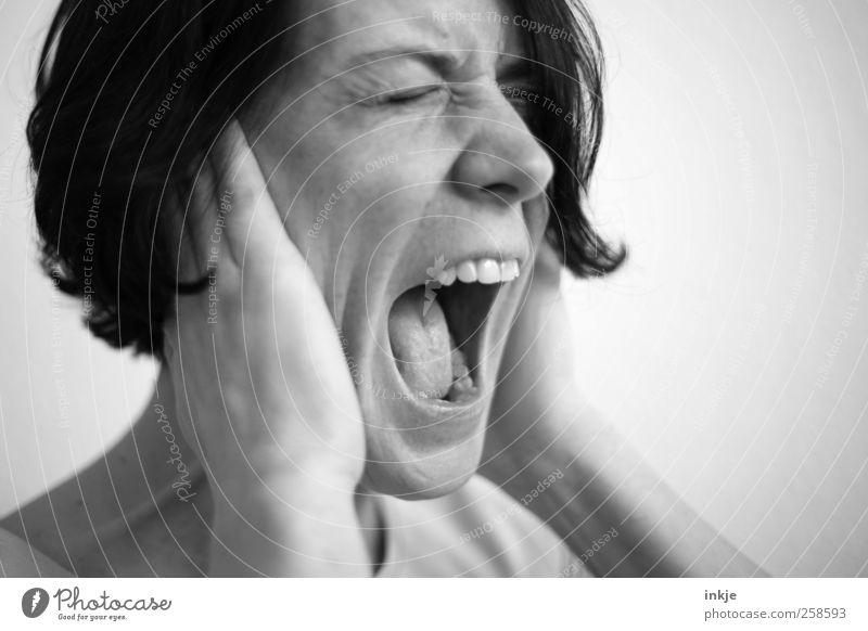 ICH. HÖR. DICH. GAR. NICHT.!!!! Frau Erwachsene Leben Gesicht 1 Mensch festhalten hören Kommunizieren schreien rebellisch verrückt wild Gefühle Stimmung Schutz
