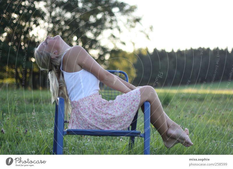 der geruch von sommer. Jugendliche blau grün Sonne Sommer Erholung feminin Leben Freiheit Glück Wärme träumen Zufriedenheit Körper sitzen Stuhl