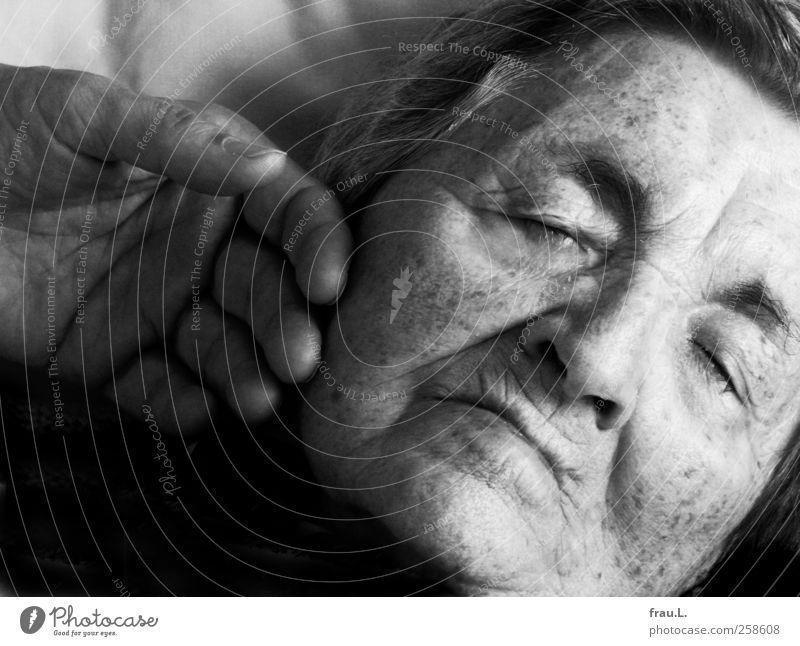 zärtlich Weiblicher Senior Frau Gesicht 1 Mensch 60 und älter schlafen alt Schutz Liebe Mitgefühl Menschlichkeit Endlichkeit hochaltrig Greisin Schwarzweißfoto