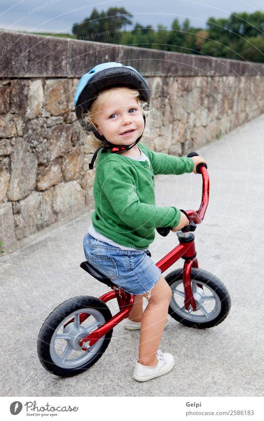 Kleines Kind fährt mit dem Fahrrad die Straße hinunter. Lifestyle Freude Glück Freizeit & Hobby Spielen Sommer Sport Fahrradfahren Mensch Baby Kleinkind Junge