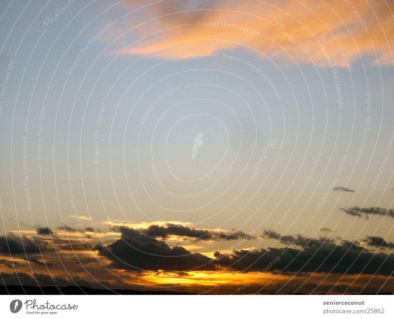 Kurz nach fünf im Februar Wolken dunkel Sonne Sonnenutergang blau Abend
