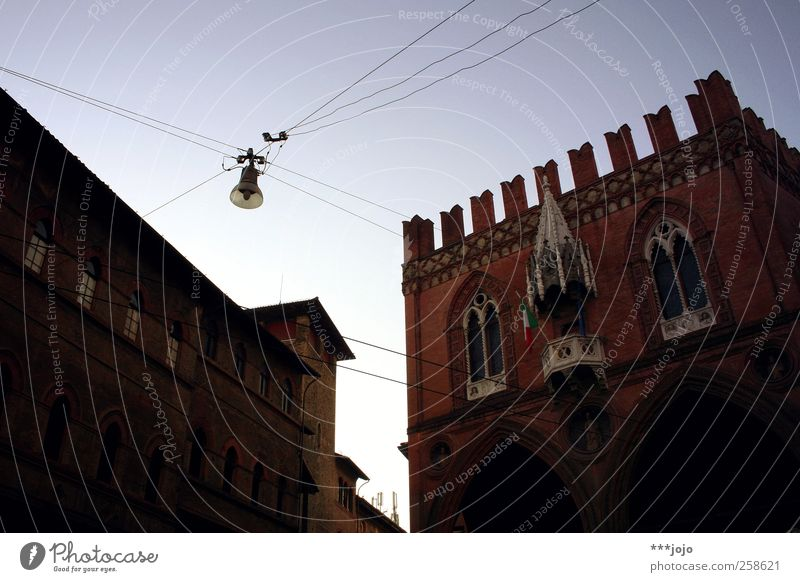 der bologna-prozess. Bologna alt Italien Italienisch Gebäude Haus Mittelalter Gotik Zinnen Altstadt Erker Stadtzentrum Reichtum Fenster Torbogen Bogen Fassade