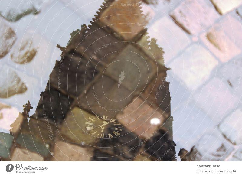 Spiegel der Zeit Uhr Wasser Wetter schlechtes Wetter Regen Kirche Gebäude Sehenswürdigkeit Backstein festhalten kalt nass grau Wachsamkeit Pünktlichkeit ruhig