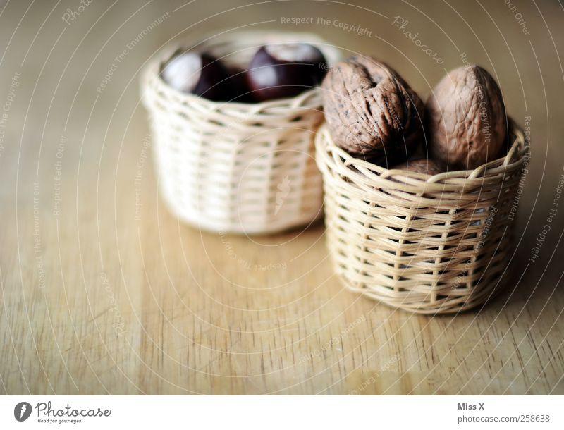 Körbchen Lebensmittel Ernährung Schalen & Schüsseln lecker braun Walnuss Nuss Korb Kastanie Baumfrucht Holz Holzbrett Farbfoto Gedeckte Farben Nahaufnahme