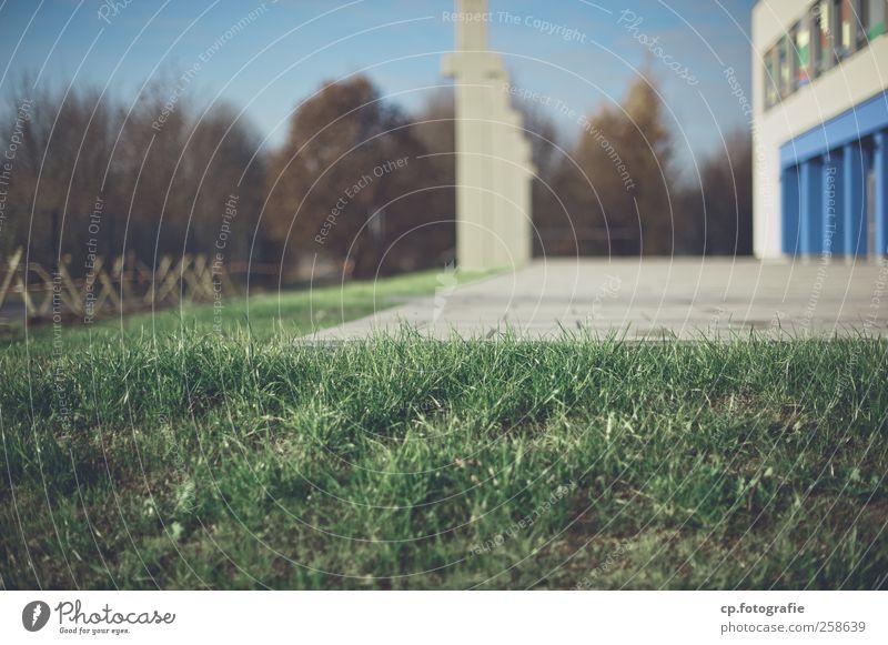 Kunstrasen Außenaufnahme Gras Rasen Säule Gebäude Spielplatz Schönes Wetter Unschärfe Sonnenlicht