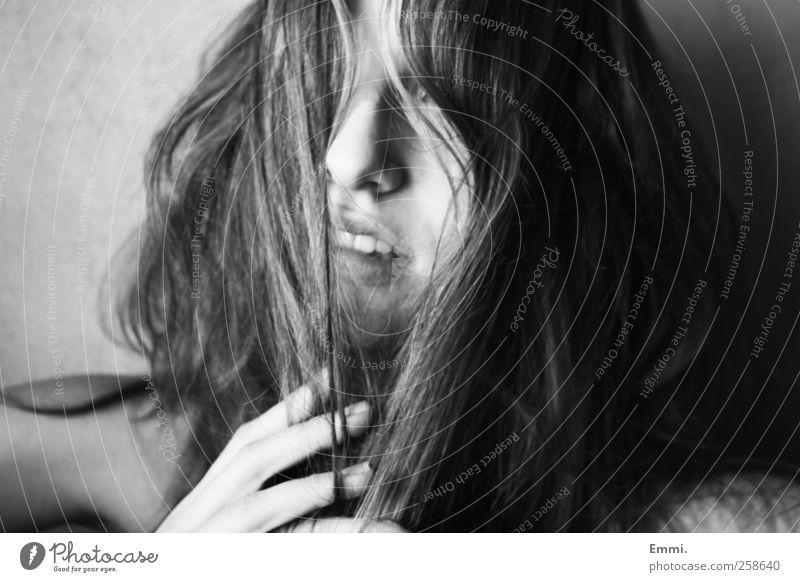 verstecken feminin Junge Frau Jugendliche Haare & Frisuren 1 Mensch brünett langhaarig Wuschelkopf frech rebellisch bizarr chaotisch Identität Schwarzweißfoto