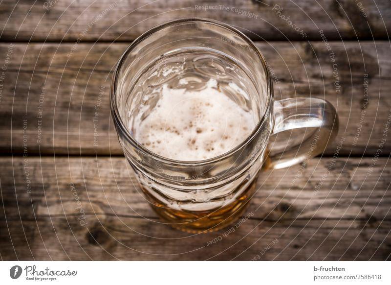 Ein Maß Bier Getränk trinken Glas Rauschmittel Alkohol Feste & Feiern Oktoberfest Holz gebrauchen warten authentisch Ekel trist Alkoholsucht Einsamkeit Krise