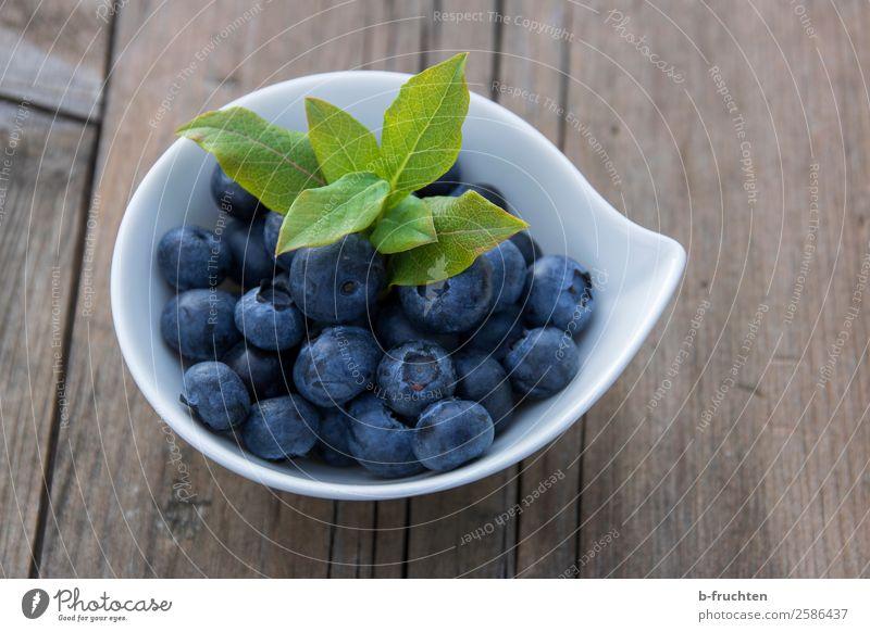 Heidelbeeren Lebensmittel Frucht Ernährung Bioprodukte Vegetarische Ernährung Schalen & Schüsseln Gesunde Ernährung Holz frisch Gesundheit lecker rund blau