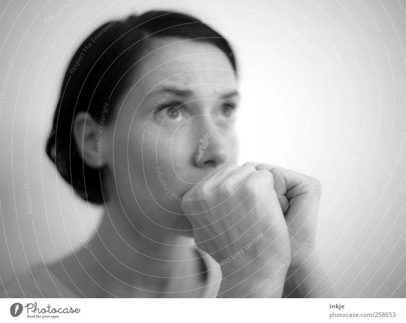 bangen Frau Mensch Hand Gesicht Erwachsene Leben Gefühle Religion & Glaube Denken Stimmung Angst warten Hoffnung beobachten Neugier festhalten