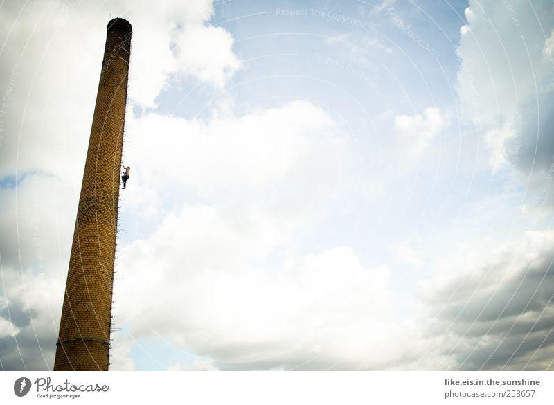 hoch hinaus Mensch Mann Stadt Einsamkeit Wolken Erwachsene maskulin Erfolg Coolness Klettern Schönes Wetter Fabrik Bauwerk Vertrauen Todesangst