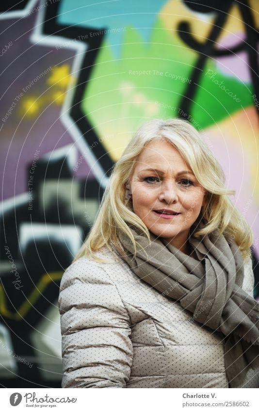 Ich geh´ jetzt Frau Mensch grün Erwachsene Graffiti Wand Senior natürlich feminin Mauer grau gehen Zufriedenheit leuchten frisch blond