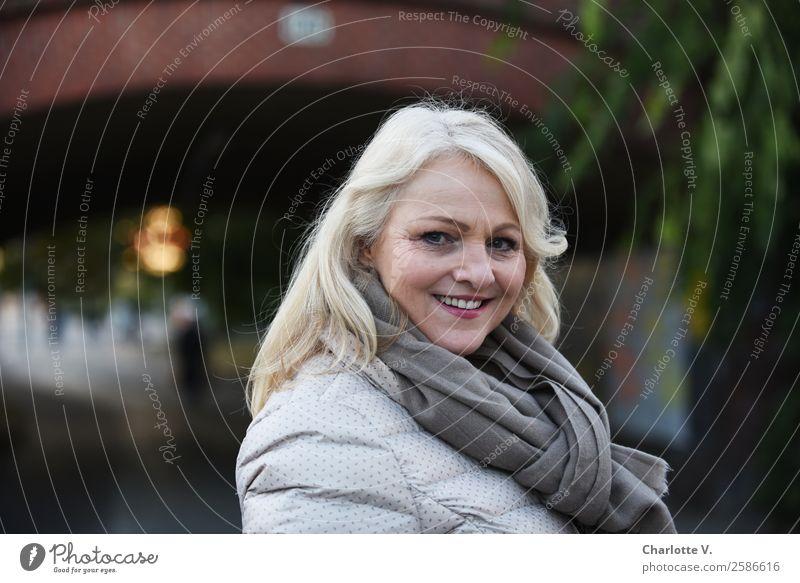 Abschiedsblick Mensch feminin Frau Erwachsene Weiblicher Senior 1 45-60 Jahre blond langhaarig drehen Kommunizieren Lächeln leuchten Blick authentisch frisch