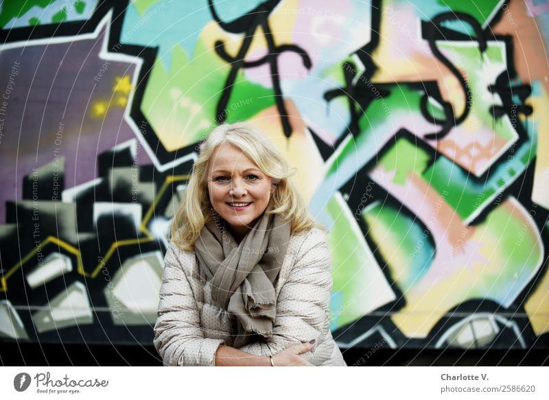 Ein Kessel Buntes hinten, schöne Frau vorne Mensch feminin Erwachsene Weiblicher Senior 1 45-60 Jahre Mauer Wand Schal blond langhaarig Beton Zeichen