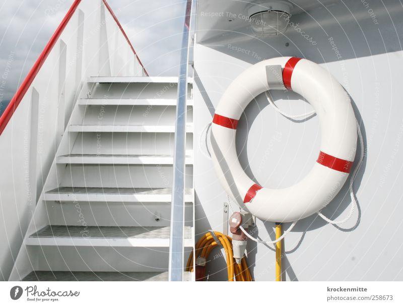 Für alle Fälle Verkehrsmittel Schifffahrt Kreuzfahrt Bootsfahrt Passagierschiff Dampfschiff Fähre An Bord Rettungsring kalt Sauberkeit rot weiß Risiko Treppe
