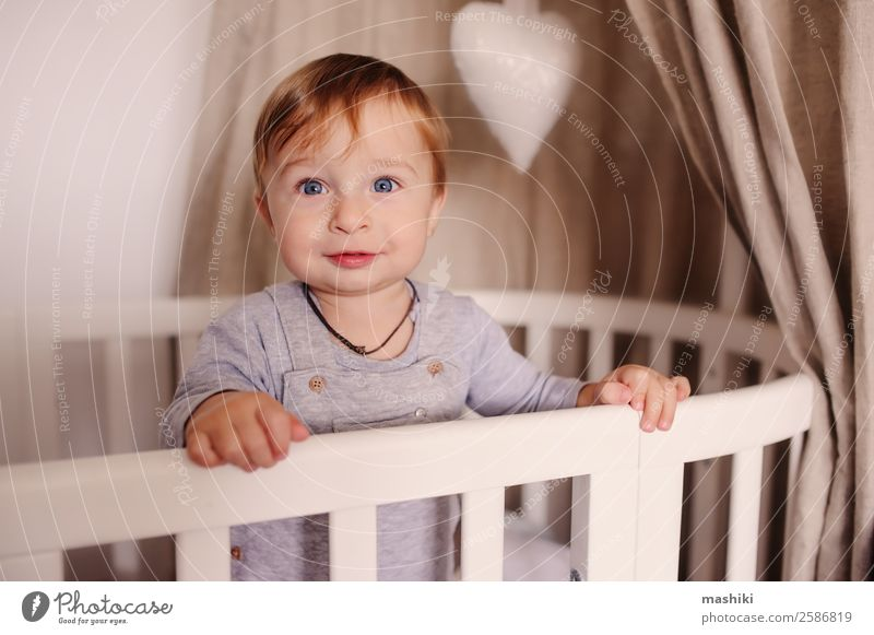 süßer glücklicher kleiner Junge wach in seinem Bett am Morgen Lifestyle Glück Leben Spielen Schlafzimmer Kind Baby Kindheit Spielzeug Lächeln lachen schlafen