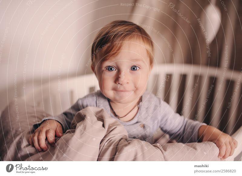 süßes glückliches Baby, das in seinem Bett wach ist. Lifestyle Glück Leben Spielen Schlafzimmer Kind Junge Kindheit Spielzeug Lächeln lachen schlafen klein