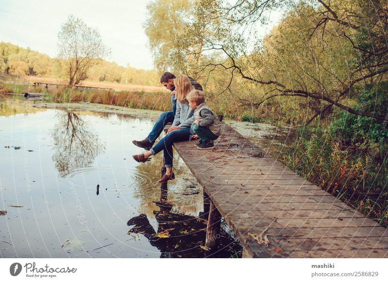 glückliche Familie, die Zeit miteinander im Freien verbringt. Lifestyle Ferien & Urlaub & Reisen Camping Sommer Junge Eltern Erwachsene Mutter Vater