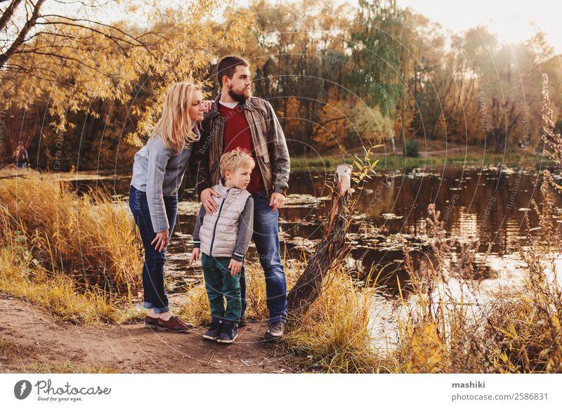 glückliche Familie, die Zeit miteinander im Freien verbringt. Lifestyle Glück Spielen Ferien & Urlaub & Reisen Camping Sommer Junge Eltern Erwachsene Mutter