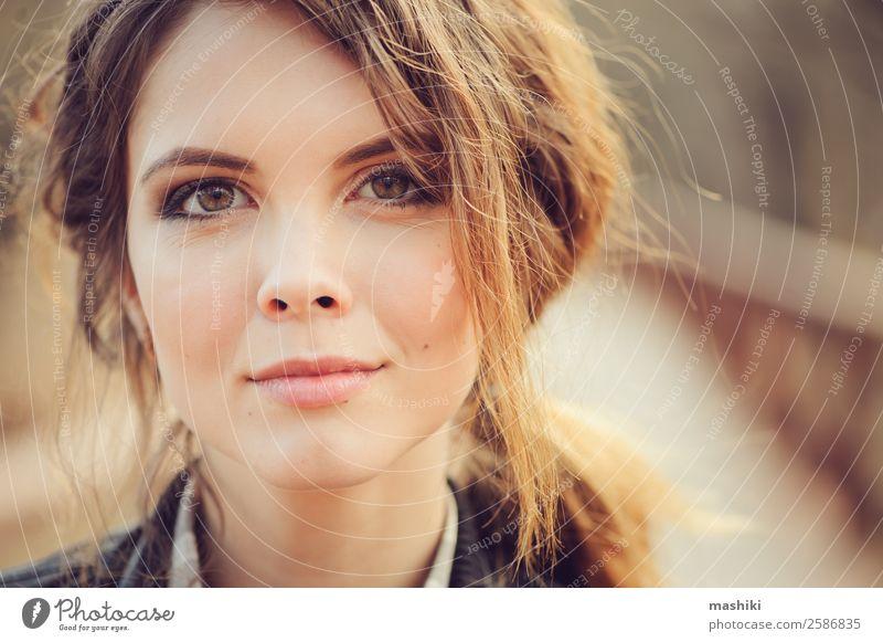 Herbst-Außenporträt einer jungen schönen Frau Lifestyle elegant Stil Haut Gesicht Schminke Mensch Erwachsene Lippen Natur Mode natürlich niedlich charmant