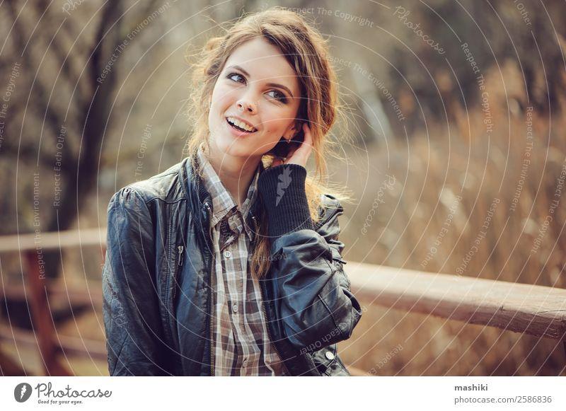 Herbst-Außenporträt einer jungen schönen Frau Lifestyle elegant Stil Haut Gesicht Schminke Mensch Erwachsene Lippen Natur Mode Erotik natürlich niedlich fallen
