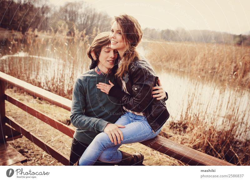 glückliches Paar auf Herbstspaziergang Lifestyle Freude Ferien & Urlaub & Reisen Sonne Familie & Verwandtschaft Freundschaft Erwachsene Natur Lächeln lachen
