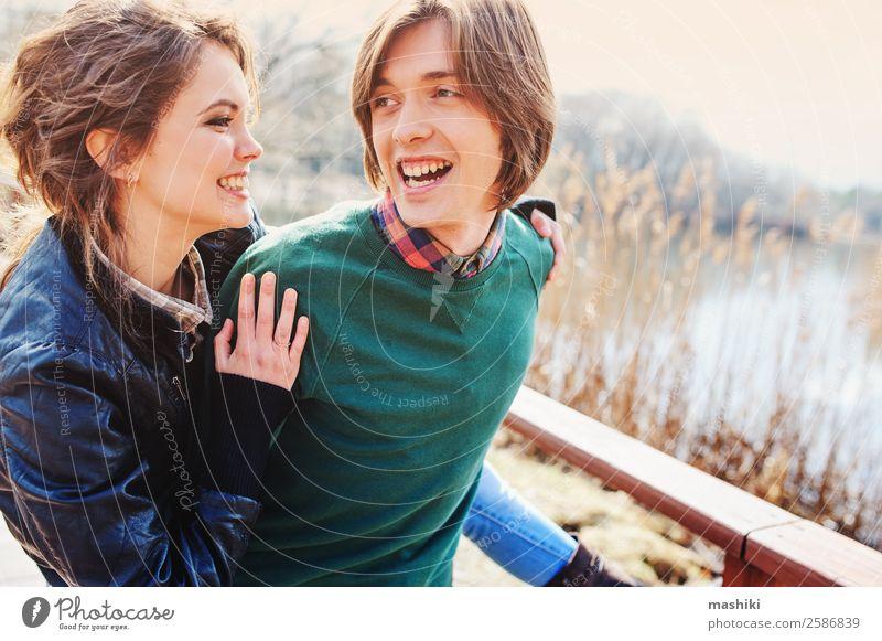 glückliches Paar mit Spaß im Herbst Lifestyle Freude Ferien & Urlaub & Reisen Frau Erwachsene Mann Familie & Verwandtschaft Freundschaft Natur Lächeln lachen