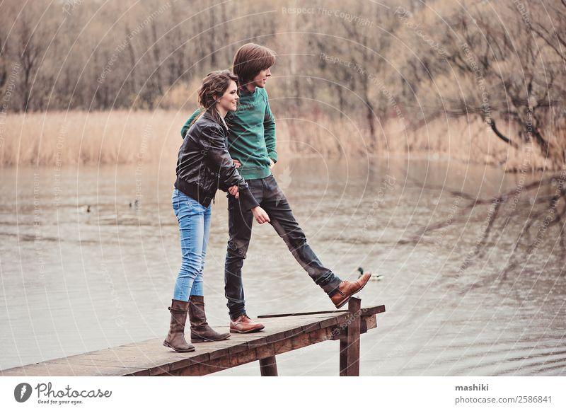 glückliches Paar, das in der Zwischensaison im Freien spazieren geht. Freude schön Ferien & Urlaub & Reisen Frau Erwachsene Mann Familie & Verwandtschaft