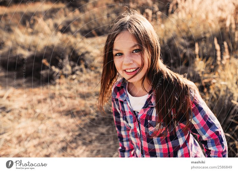 bezauberndes Kind Mädchen auf sonnigem Sommerfeld Freude schön Erholung Spielen Ferien & Urlaub & Reisen Frau Erwachsene Kindheit Natur Herbst Blatt Wald Hemd